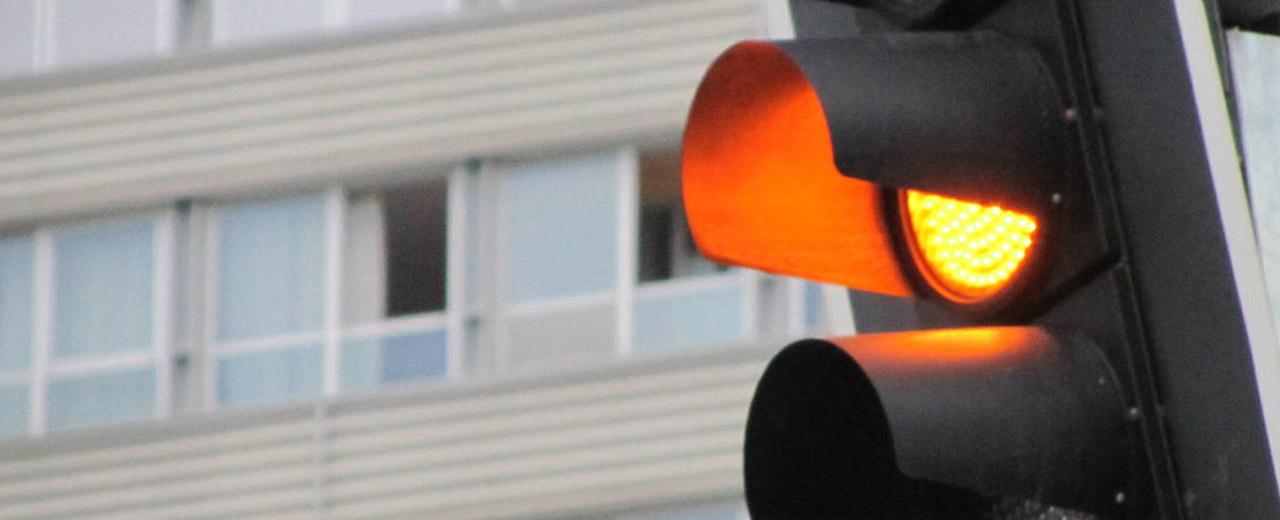 aprender-a-manejar-trafico-lima-luz-ambar